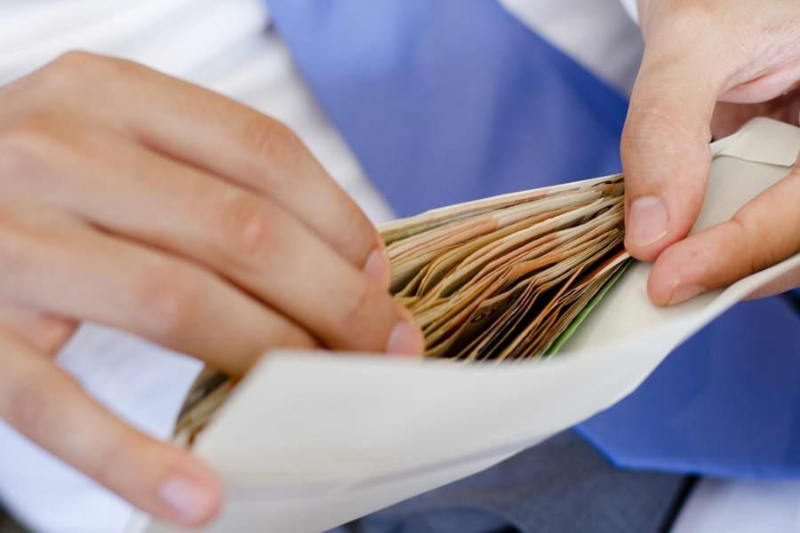 Когда человек получает премию наличными, снятыми в банке, перечисление удержанного налога в казну должно выполняться в тот же день