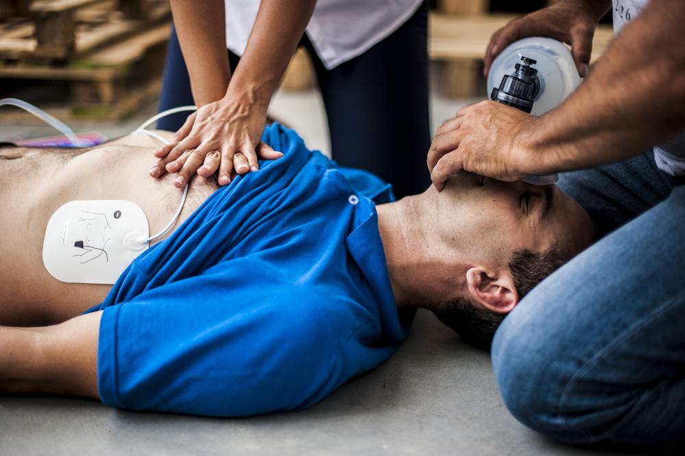 Сразу же после несчастного случая необходимо оказать пострадавшему медицинскую помощь
