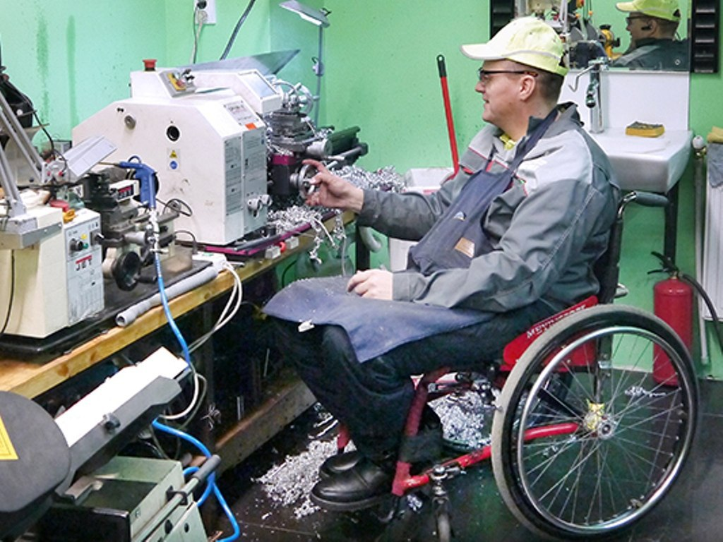 Инвалидам полагаются трудовые поощрения и охрана труда