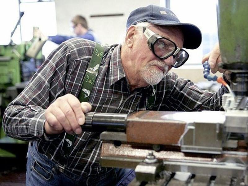 Пенсионер может получить помощь из организации, в которой проработал длительное время и откуда ушел на пенсию