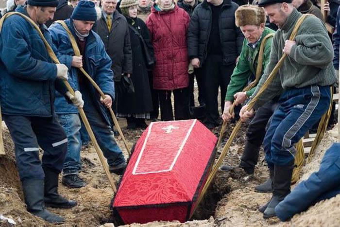 Государство обеспечивает оказание минимальных услуг, связанных с погребением, на бесплатной основе