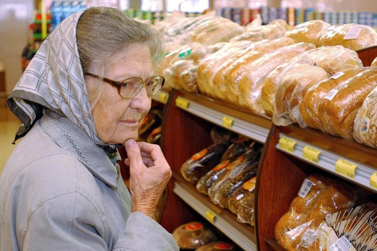 Гипермаркеты столицы выдают нуждающимся пенсионерам денежные сертификаты на покупку товаров